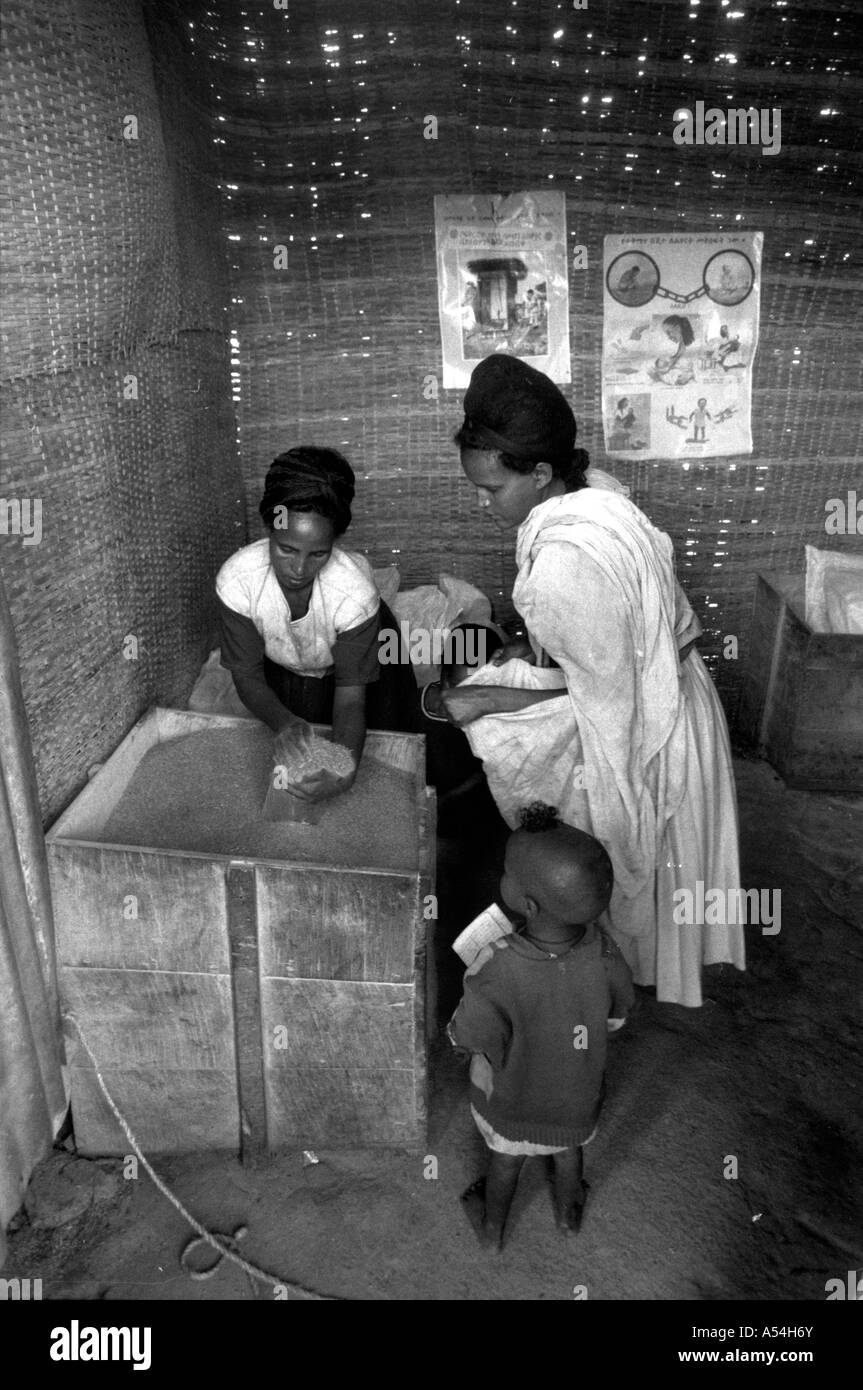 Painet hq1502 black and white food distribution famine area western shoa ethiopia aid grain hunger images bw country - Stock Image