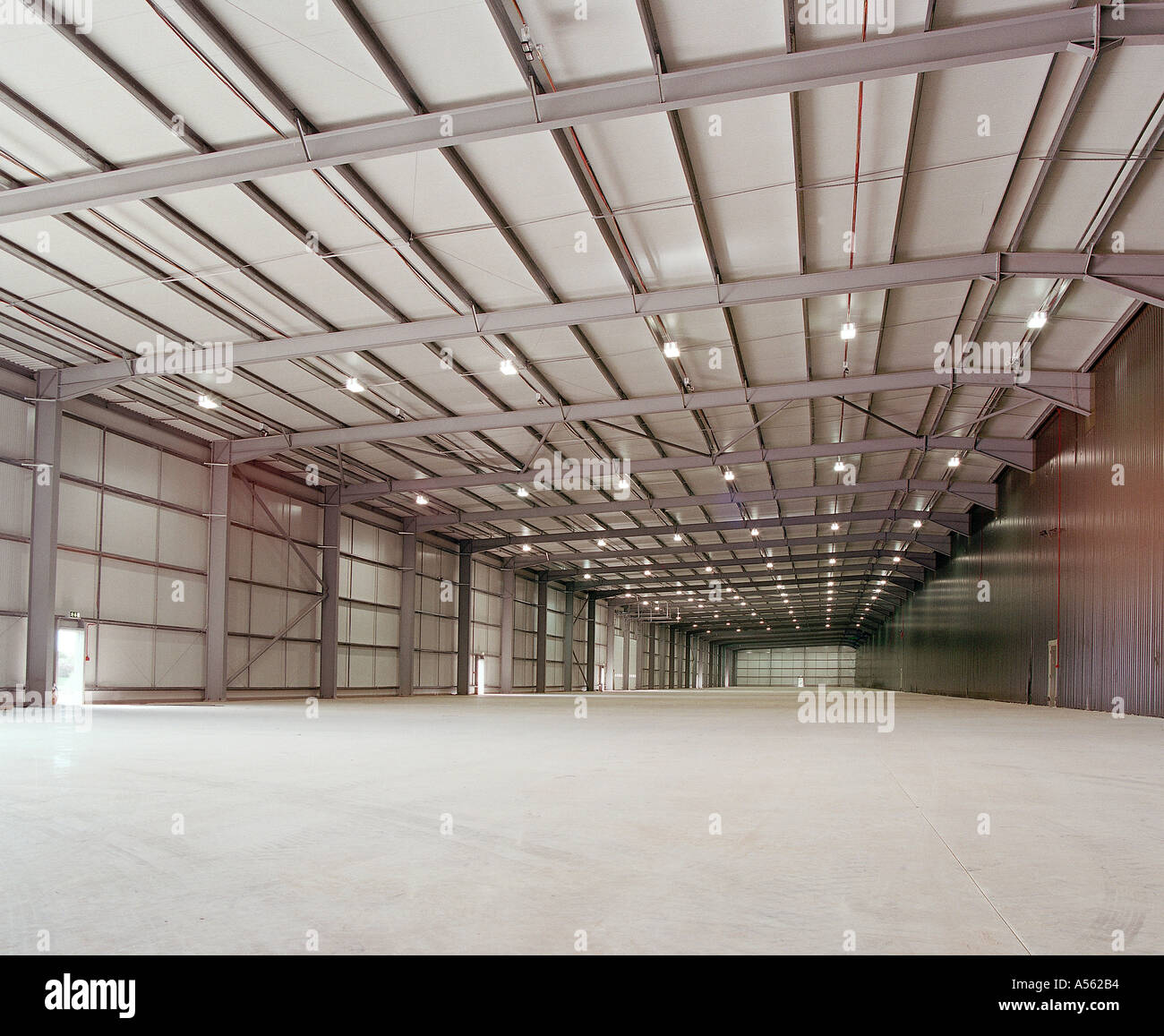 LARGE EMPTY WAREHOUSE READY FOR OCCUPATION UK - Stock Image