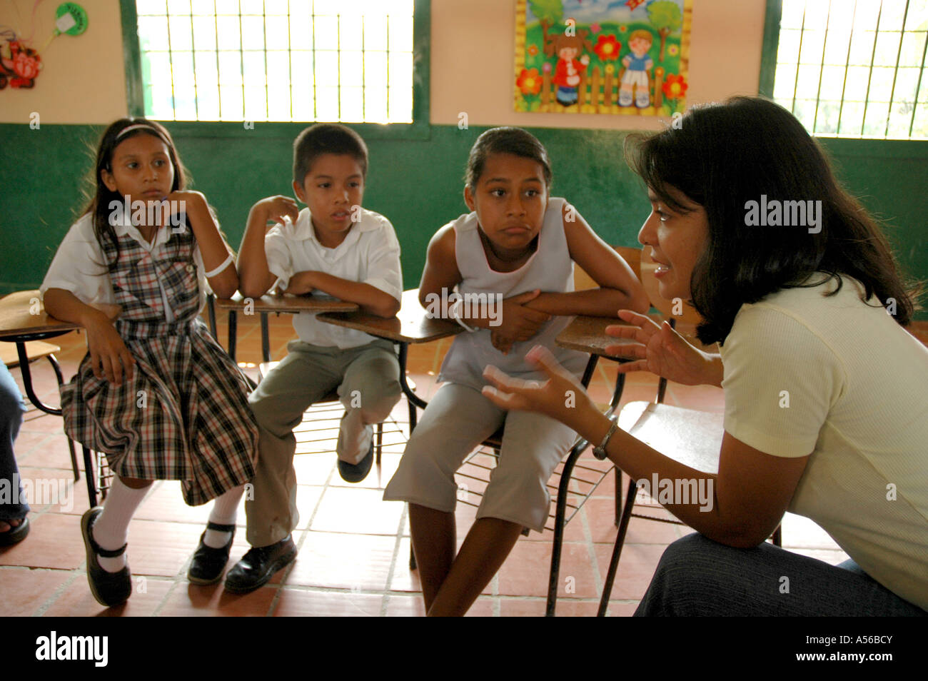 Painet iy8253 teacher colombia extracurricular seminar middle school paz barrancabermeja children kids discuss violence - Stock Image