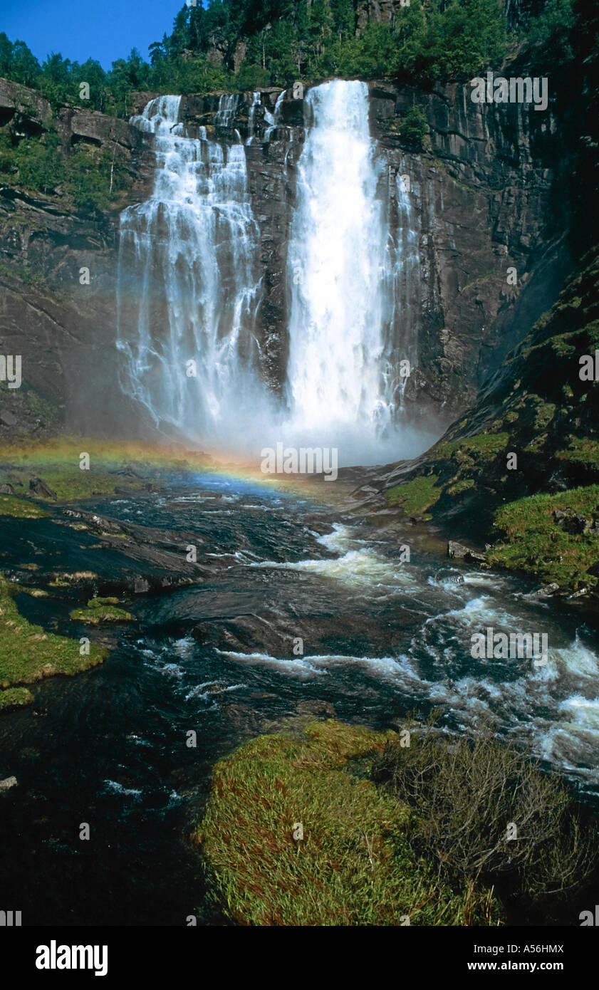 Wasserfall mit Regenbogen am Sorfjord in Norwegen Fluss Wasser waterfall near Narvik in Nordland, Norway, Europe - Stock Image