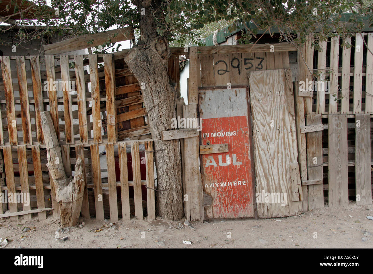 Painet ja1044 mexico hispanic fence made old pallets scrap juarez chihuahua photo 2005 latin america borders 20031001 - Stock Image