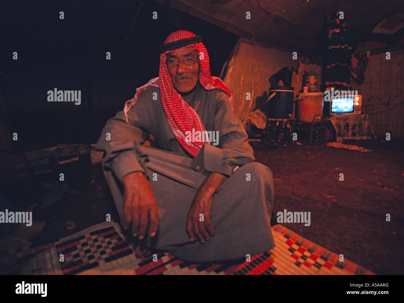 A old Bedouin man resting inside his beehive house in the desert of Syria - Stock Image