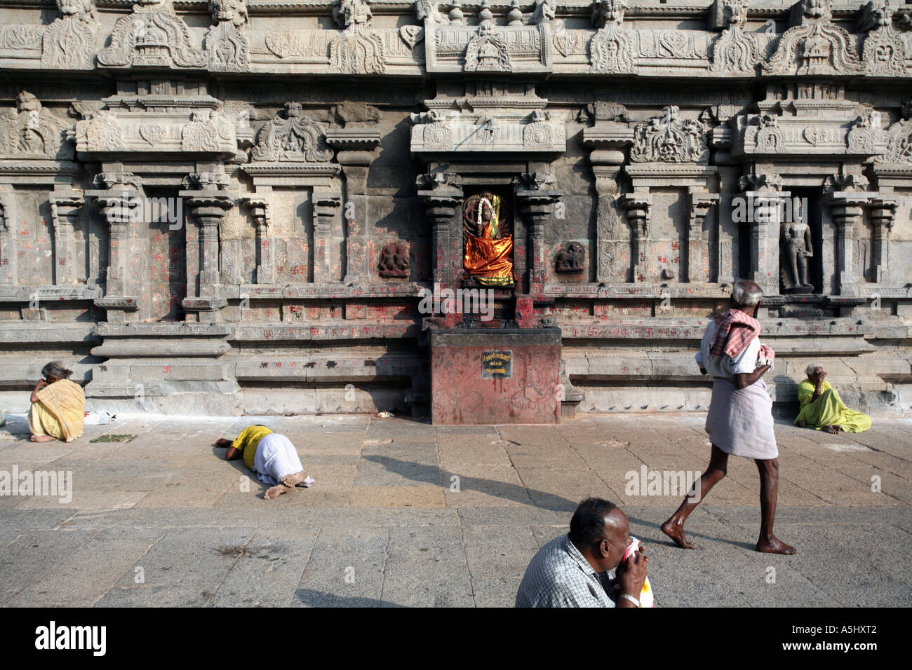 People visiting Arunachaleswar temple in Tiruvannamalai, Tamil Nadu, India - Stock Image