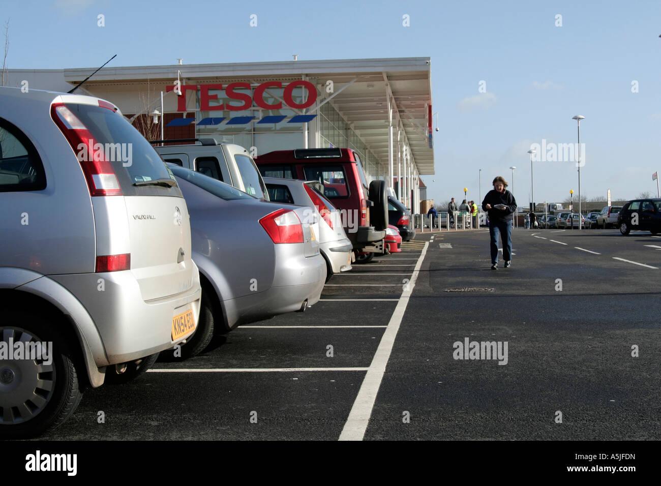 Tiverton Tesco where cars dominate retailing - Stock Image