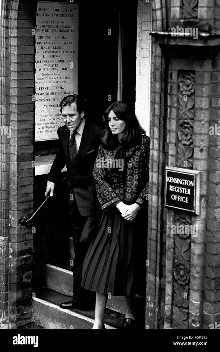 Snowdon Photos Of Margaret >> LORD SNOWDON AND LUCY LINDSAY HOGG LEAVING KENSINGTON REGISTER OFFICE Stock Photo: 2093970 - Alamy