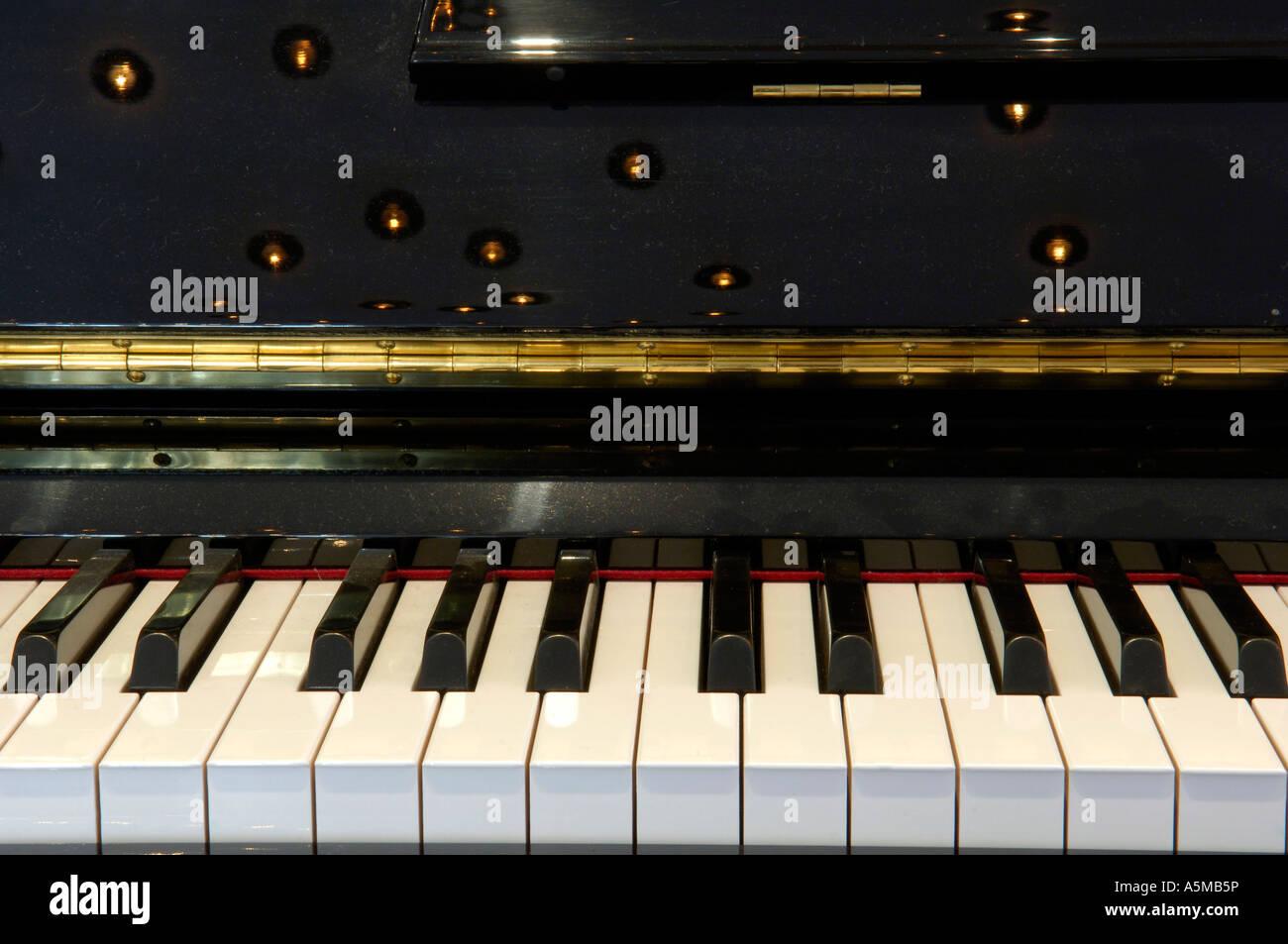 Klavier Musikinstrument Spiegelung Lichter Tasteninstrument Tastatur Keyboard klaviere Klavier Klaviertasten Kunst - Stock Image