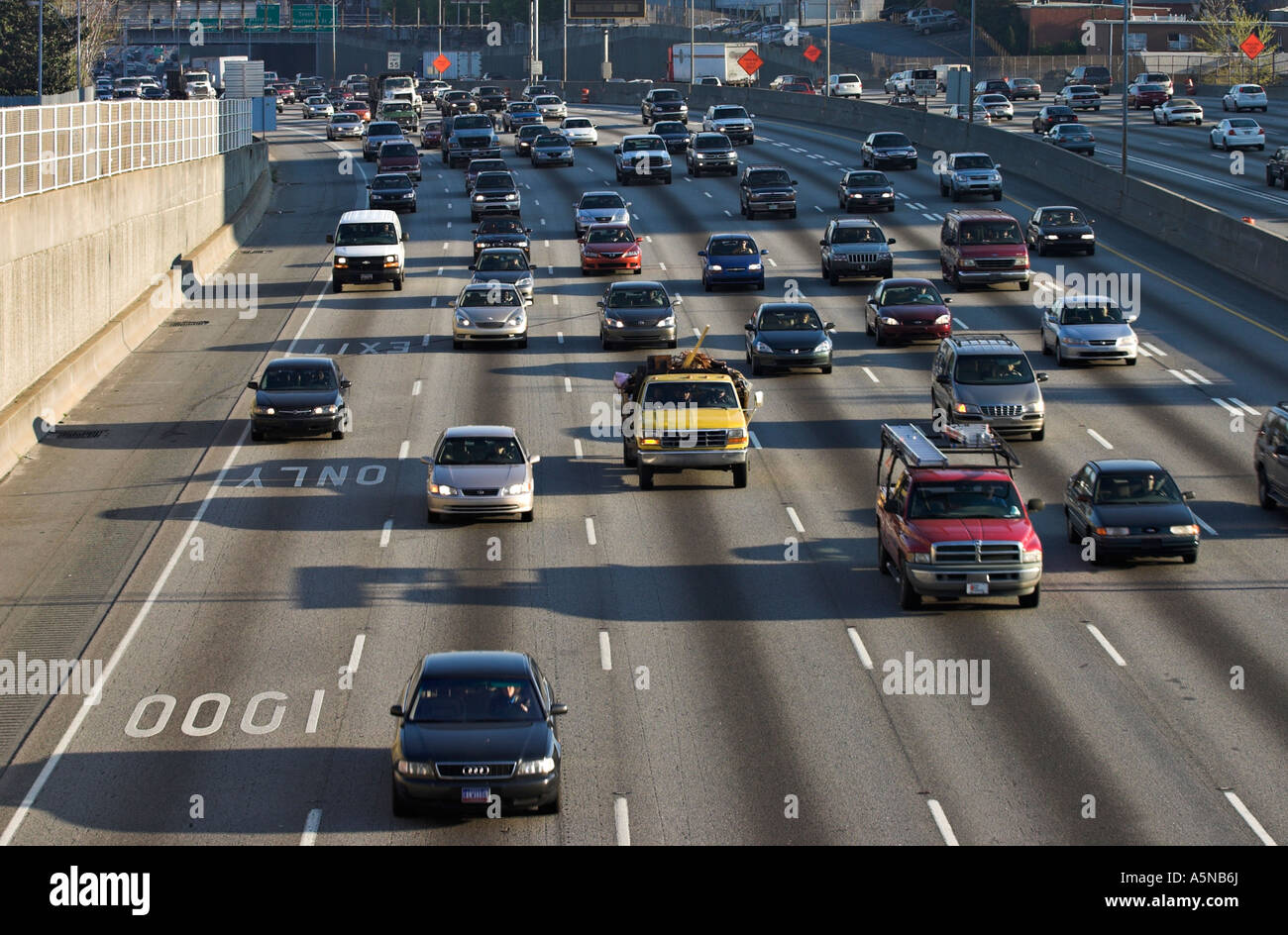 City Interstate: A busy morning commute south on Interstate I75 I85 which winds through central Atlanta - Stock Image