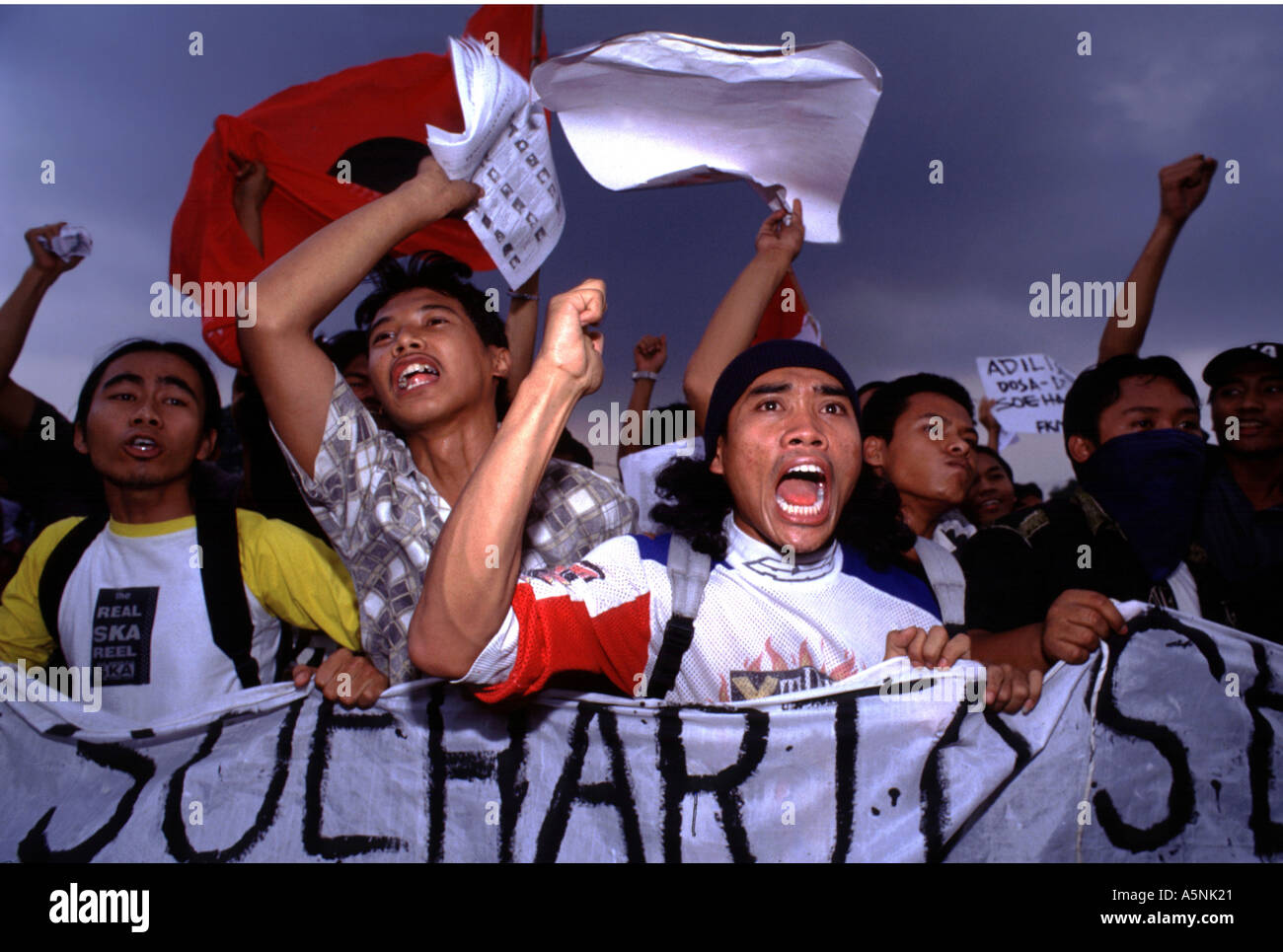 JAKARTA INDONESIA EX PRESIDENT SUHARTO IS CLEARED OF CORRUPTION CHARGES THE CITY ERRUPTS IN VIOLENCE - Stock Image