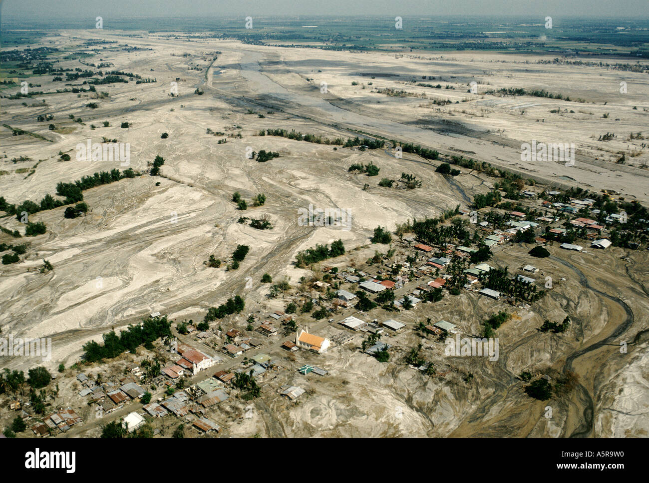 MOUNT PINATUBO DISASTER FEBRUARY 1991 AERIAL VIEW OF THE TOWN OF SANTA RITA PAMPANGA PROVINCE PARTLY SUBMERGED AND INHABITED BY - Stock Image