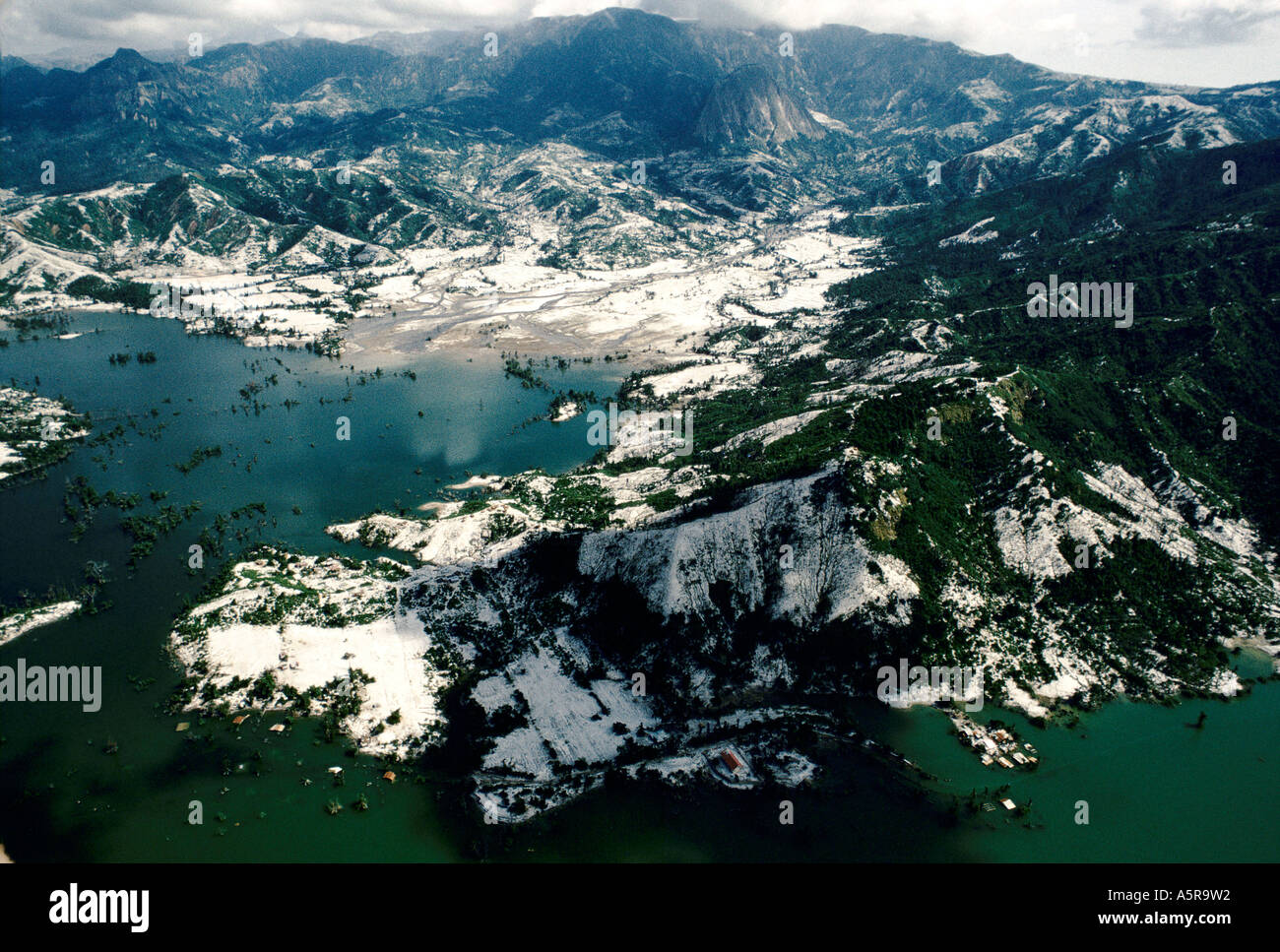 MOUNT PINATUBO DISASTER FEBRUARY 1991 THE MAN MADE DAM AT THE BENQUET CO COPPERMINE IN ZAMBALES PROVINCE THE COMPANY WAS OBLIGE - Stock Image
