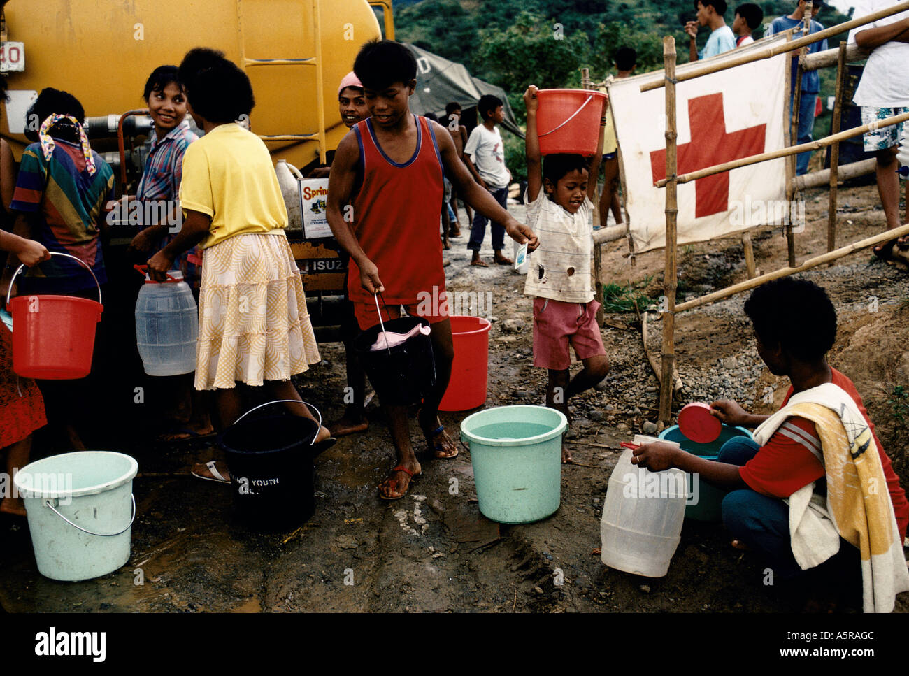 MOUNT PINATUBO DISASTER FEBRUARY 1991 EVACUEES OF THE CAMP COLLECT FRESH WATER AS IS DELIVERED ON A DAILY BASIS TO THE CAMP - Stock Image
