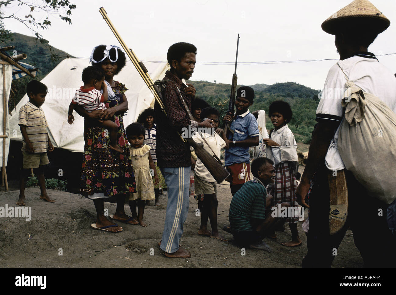 MOUNT PINATUBO DISASTER FEBRUARY 1991 MALE AETAS GET READY TO LEAVE CAMP TO CONTINUE PREPARING NEW SETTLEMENT IN THE MOUNTAINS - Stock Image