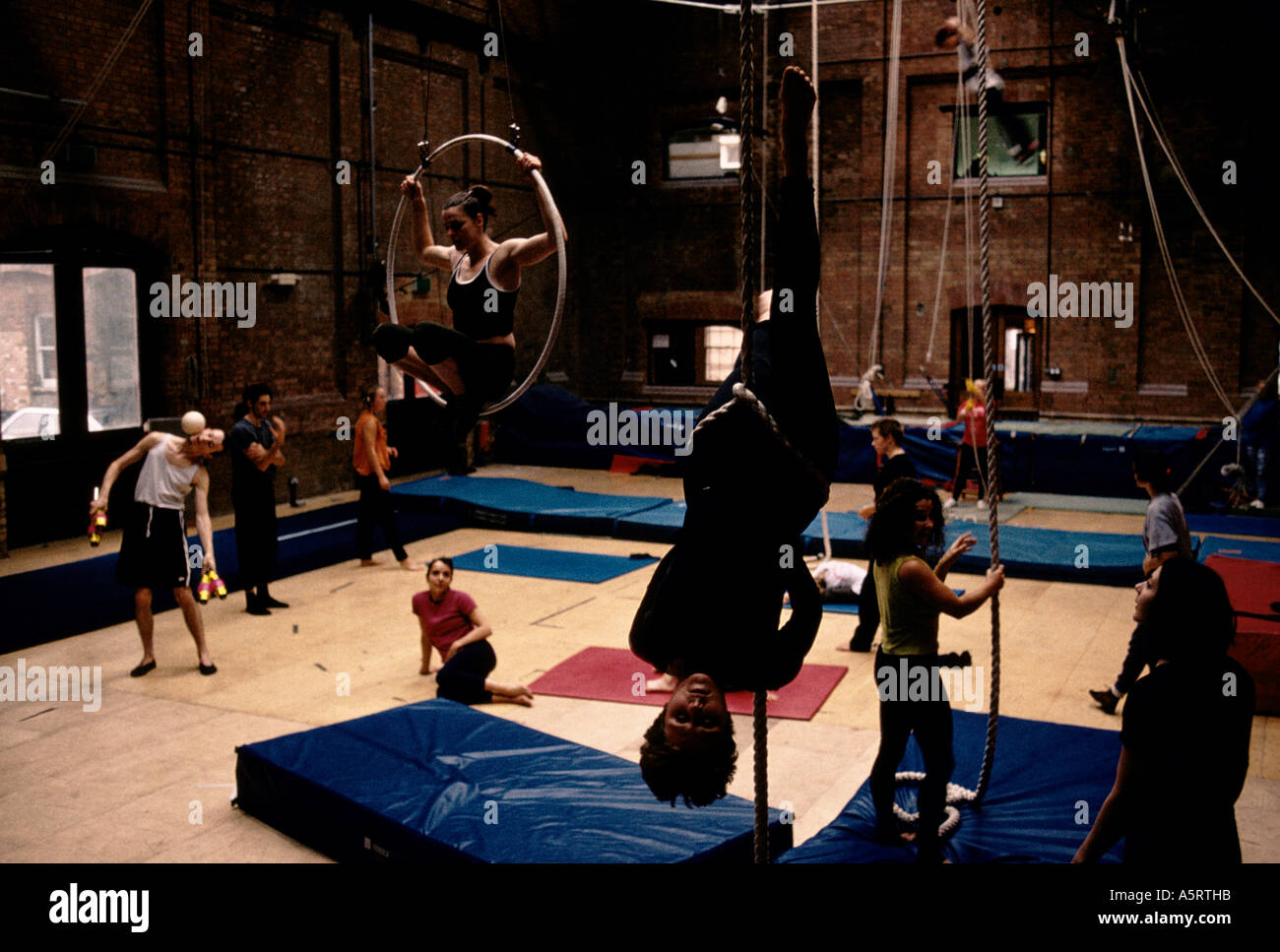 LONDON S EAST END THE CIRCUS SPACE IS BECOMING THE LEADING CIRCUS SCHOOL FOR ASPIRING ARTISTES HOXTON SQ - Stock Image