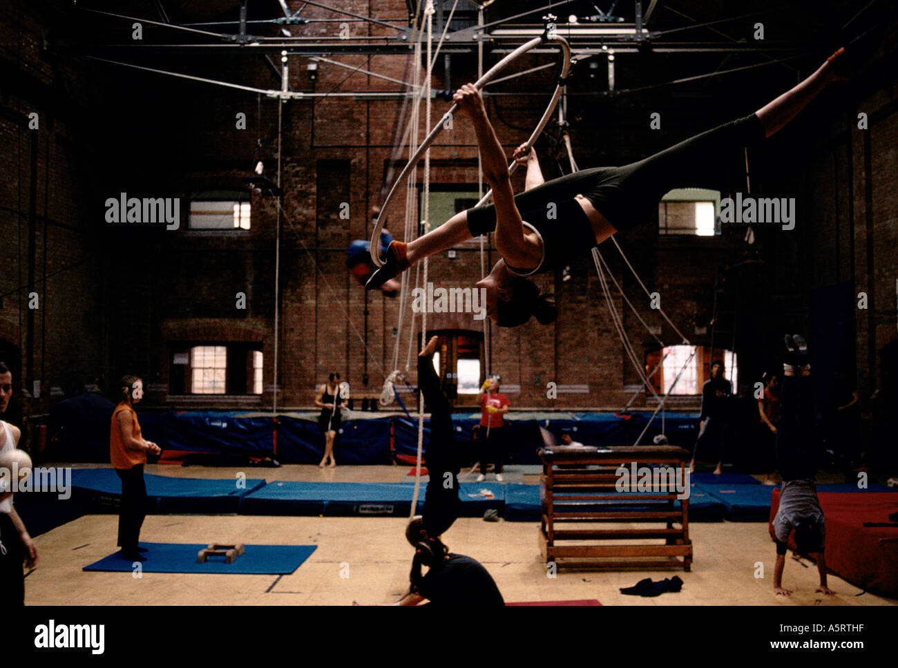 LONDON S EAST END THE CIRCUS SPACE IS BECOMING THE LEADING SCHOOL FOR ASPIRING ARTISTES HOXTON SQ - Stock Image