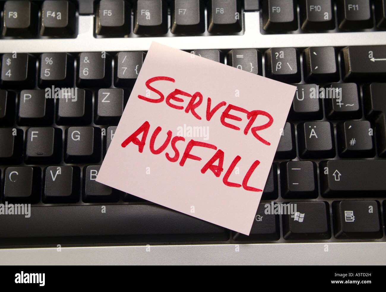 Server Ausfall Post It auf Computertastatur Server Breakdown notice on computer keyboard Stock Photo