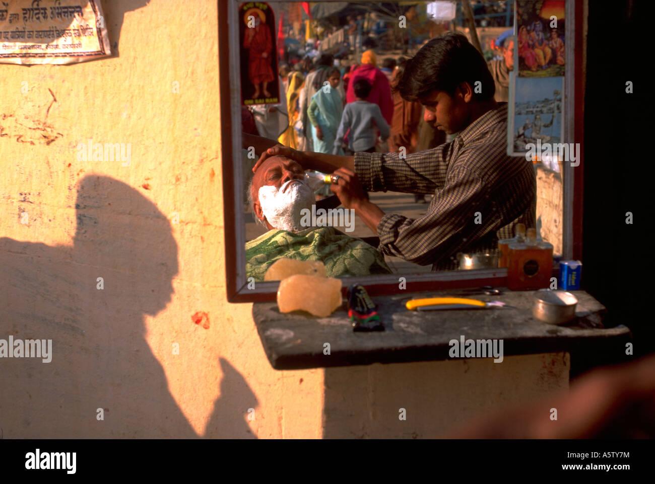 Painet hl1523 barber shop varanasi reflexion mirror hindu shaving client - Stock Image
