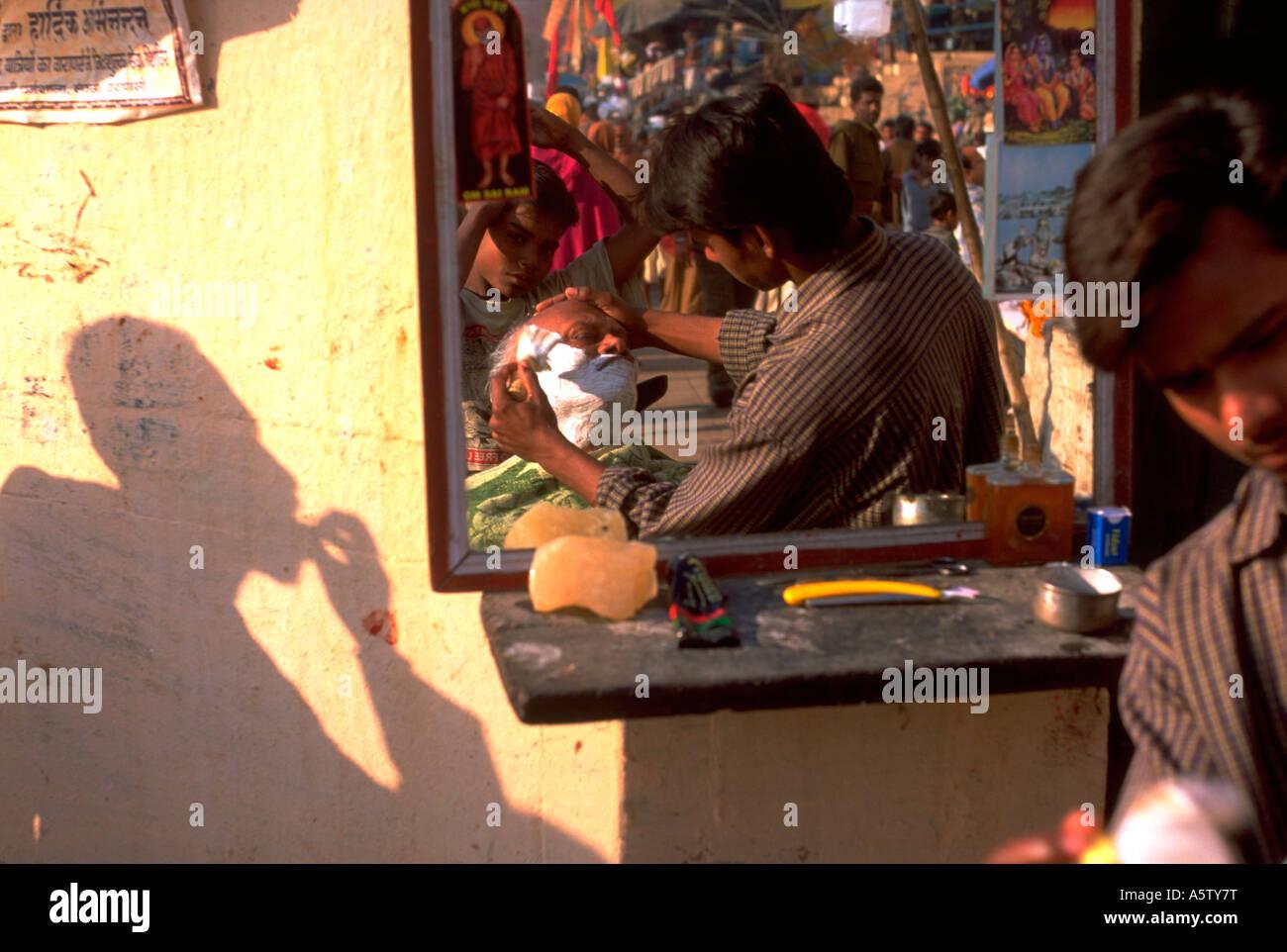 Painet hl1524 barber shop varanasi reflexion mirror hindu shaving client - Stock Image