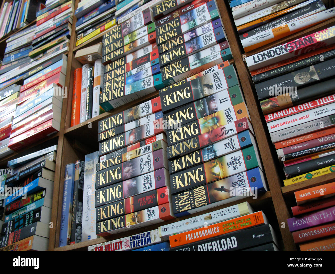 Stephen King novels on a book shelf in a shop - Stock Image