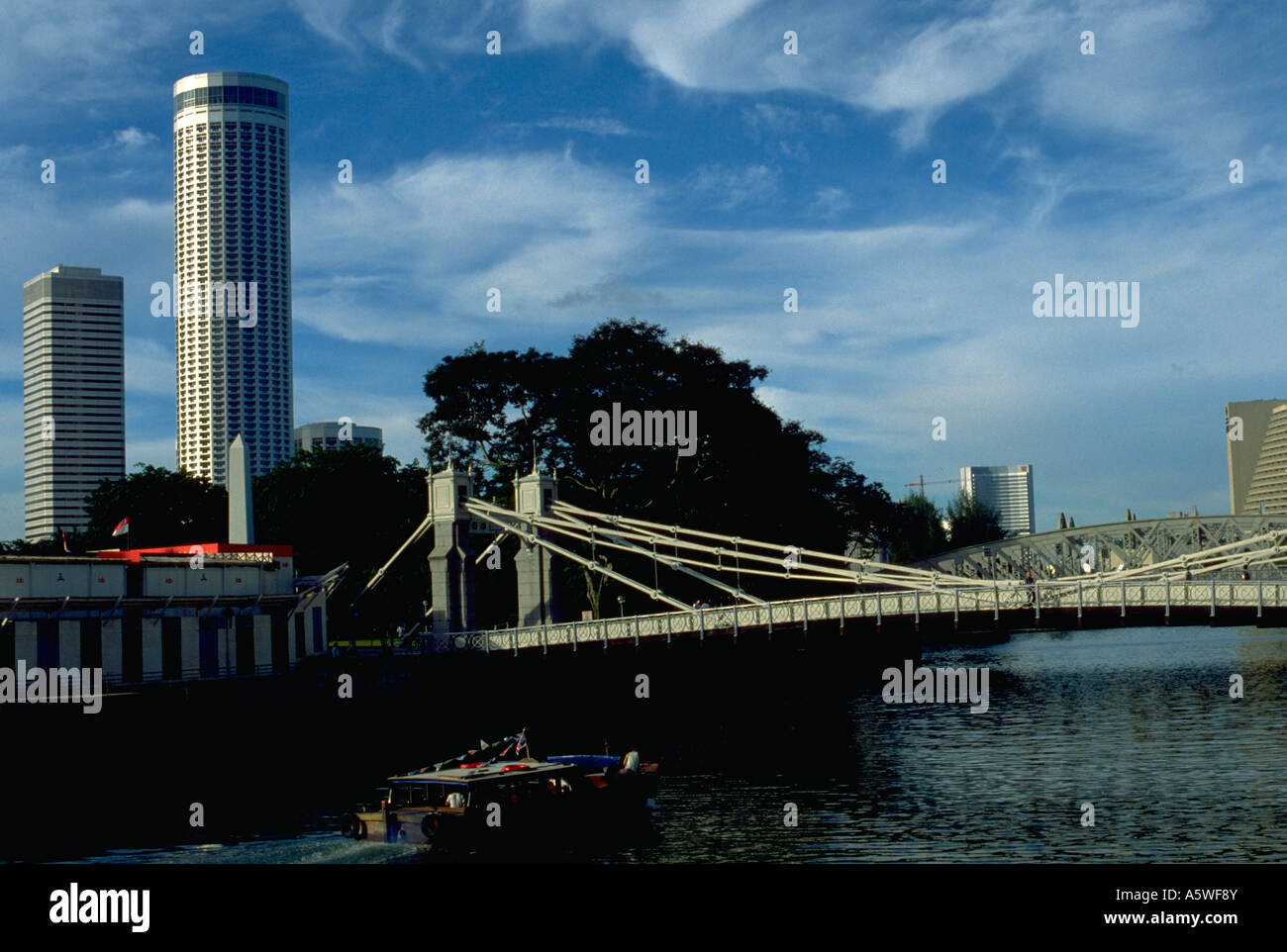Painet hk2930 singapore river canal bridge buildings boat cityscape cities transportation southeast asia account - Stock Image