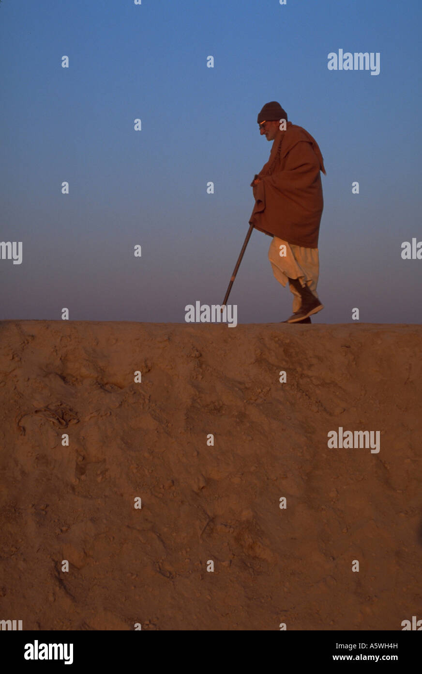 Painet hl0311 hindu man male atop sandy ridge 2001 kumbhmela festival allahabad india peasant woman female cane - Stock Image
