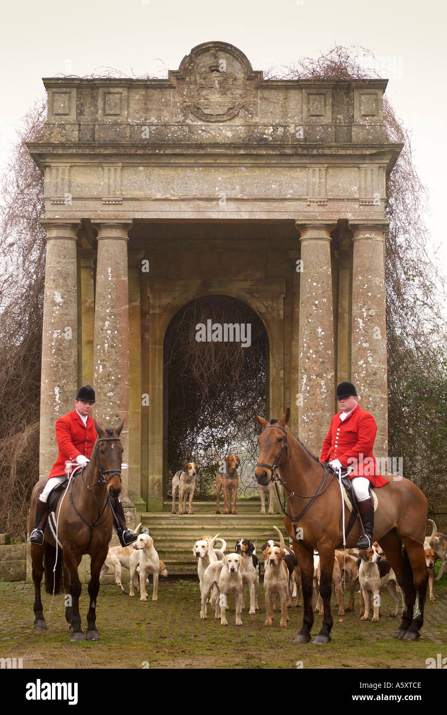THE AVON VALE HUNT WILTSHIRE UK LAST DAY LEGAL HUNTING 17 FEB 2005 MASTER FOXHOUNDS JONATHON SEED RIGHT AND KENNEL HUNTSMAN MALC - Stock Image
