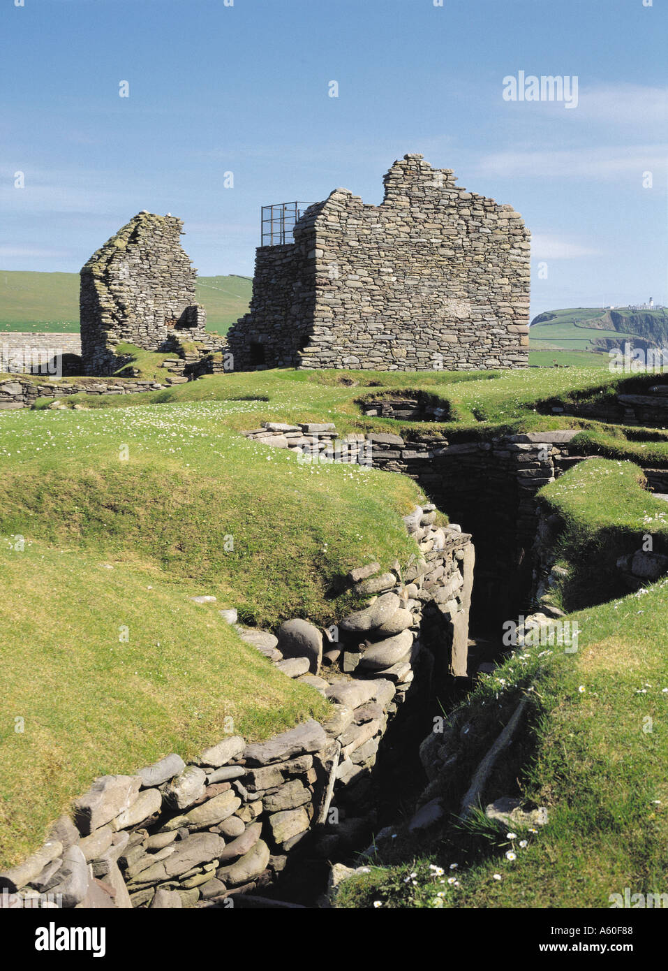 dh  JARLSHOF SHETLAND Jarlshof iron age village and Norse Great hall - Stock Image