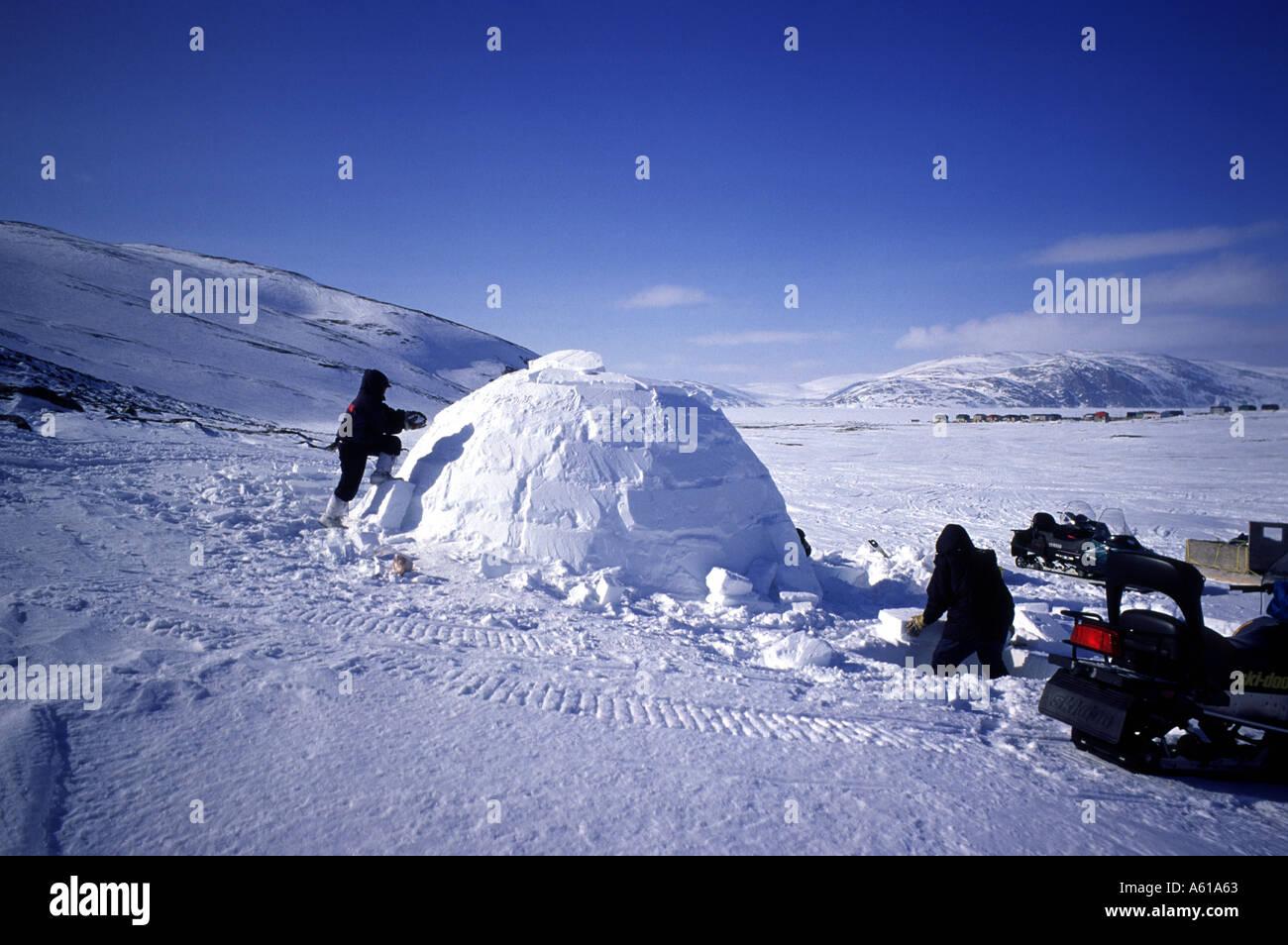 Inuit building an igloo - Stock Image