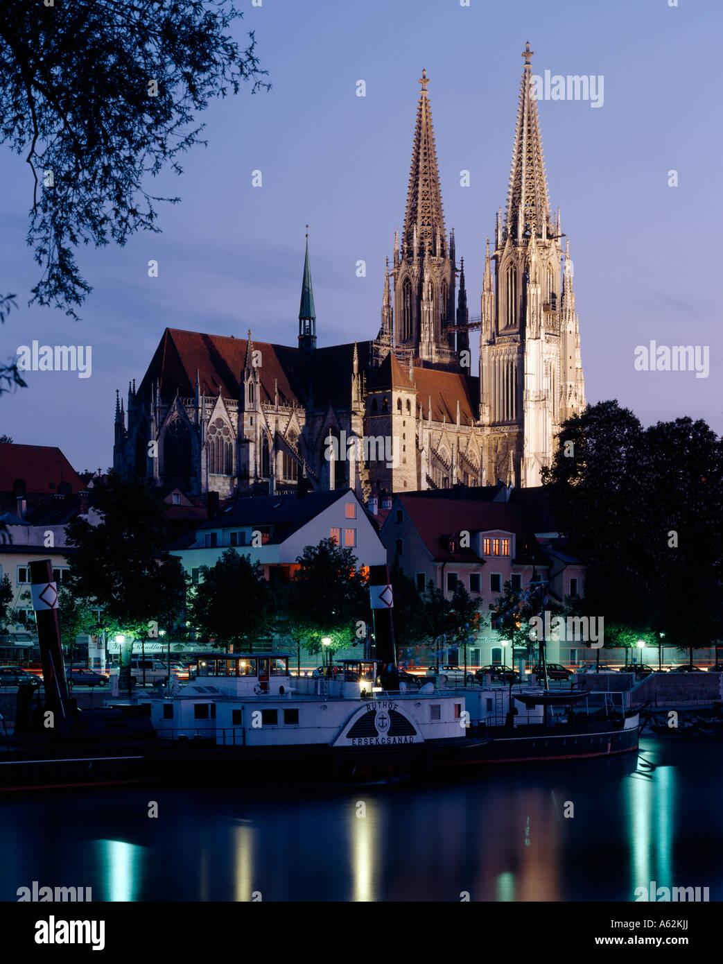 Regensburg, Dom, Blick von Norden über die Donau, Abendstimmung - Stock Image