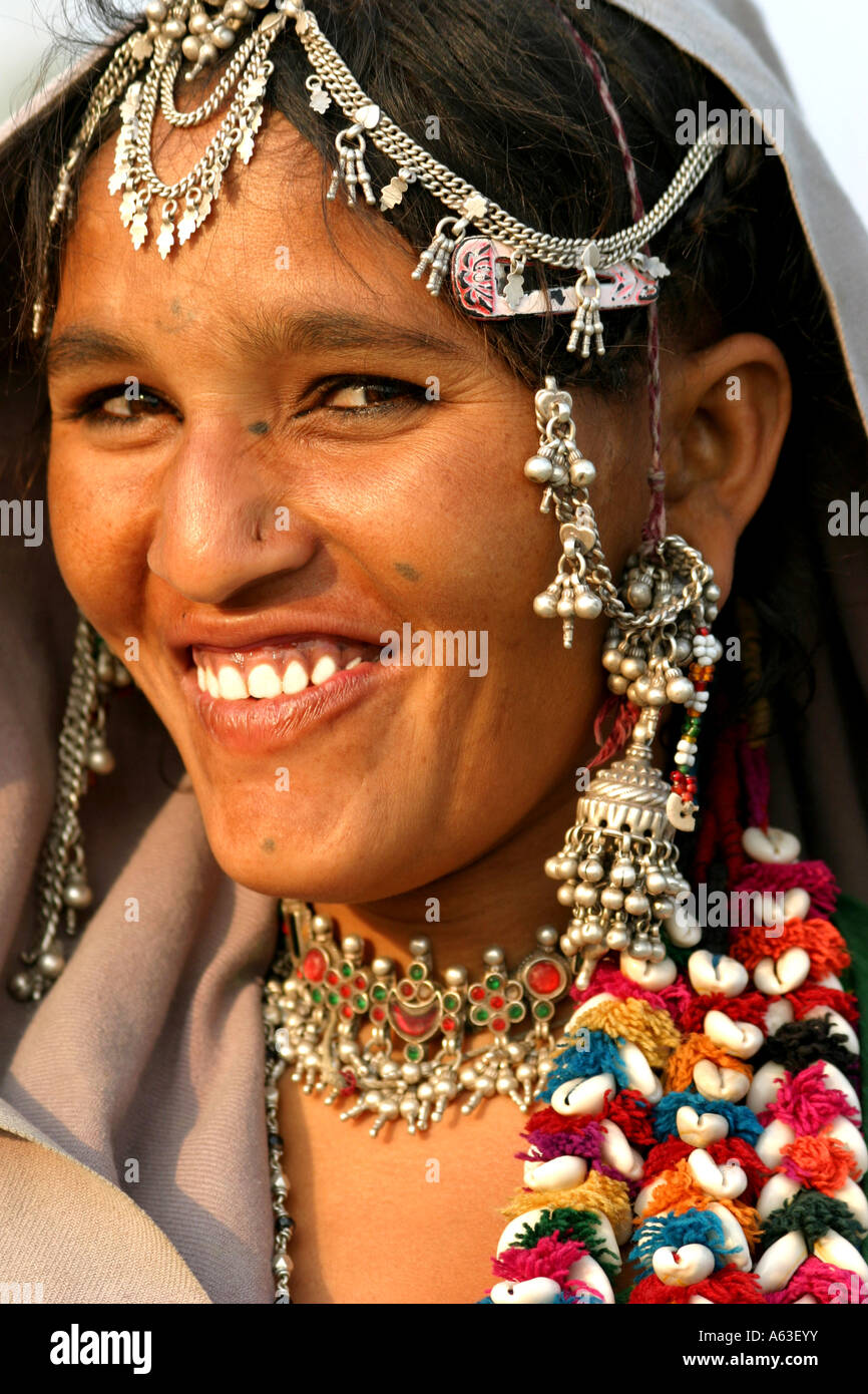 Hardworking MIR nomadic tribeswoman of Gujarat,wear traditional jewelry and  bright colored clothes with veils over their head Stock Photo - Alamy