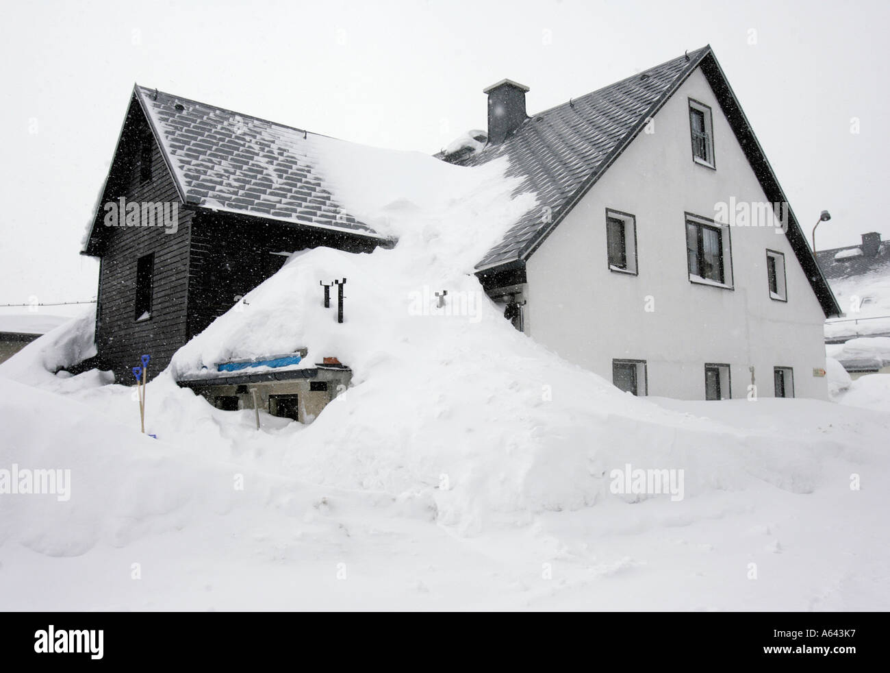 Snowed in apartment house in Oberwiesenthal, Erzgebirge, Erz Ore Mountains, Saxony, Germany - Stock Image