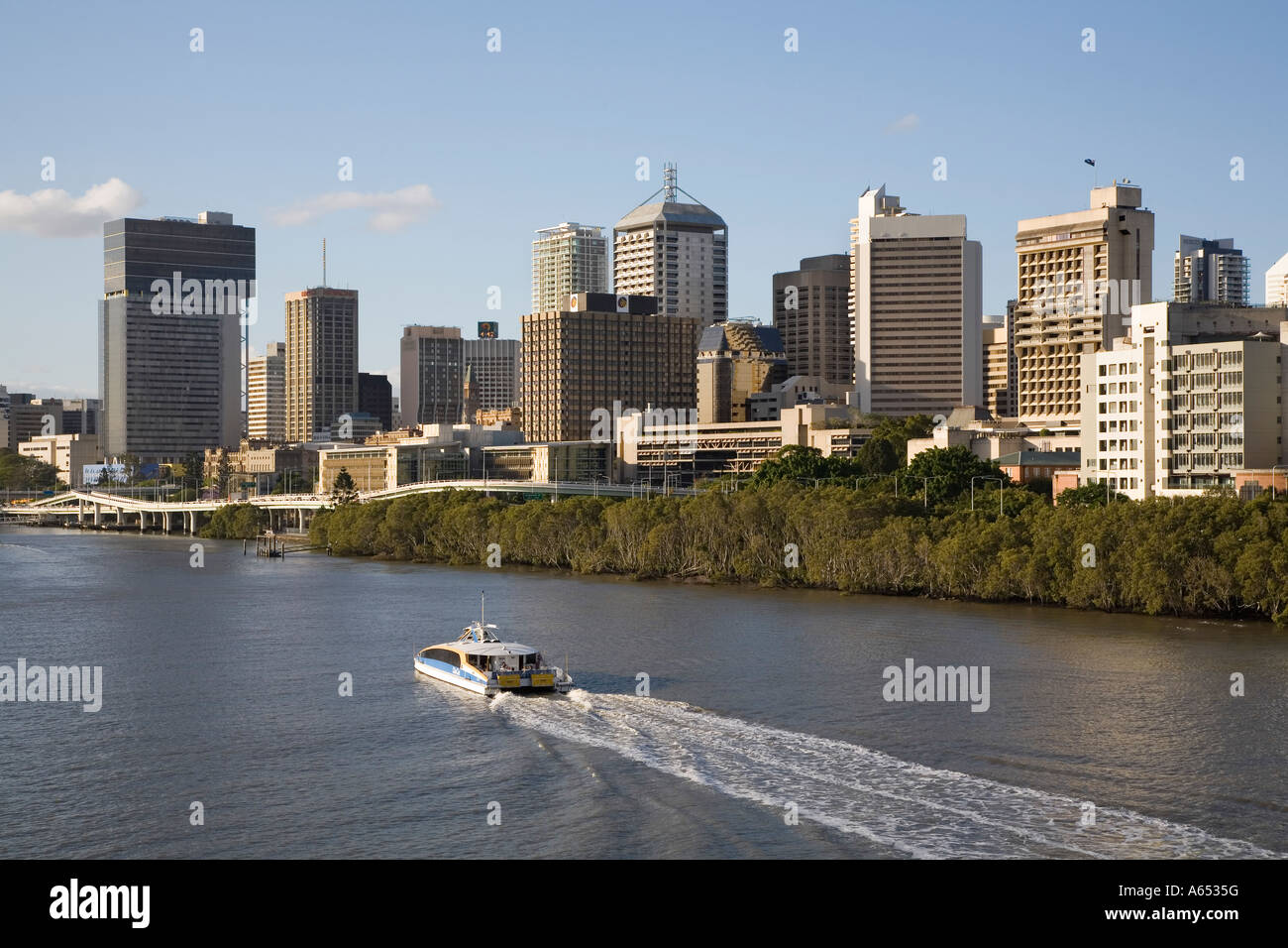 View along the Brisbane River toward the city's central business district - Stock Image