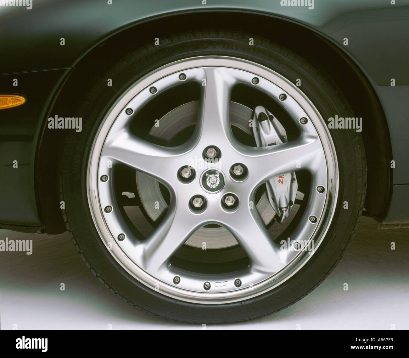 2002 Jaguar XKR alloy wheel - Stock Image