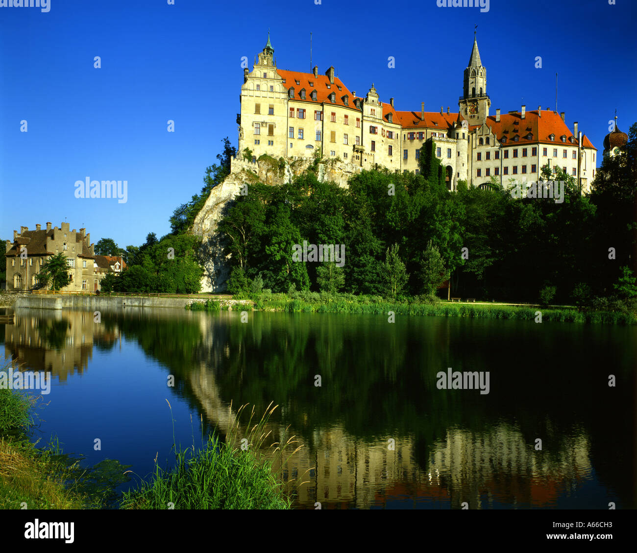 DE - BADEN WÜRTTEMBERG: Hohenzollern Castle at Sigmaringen and River Danube - Stock Image