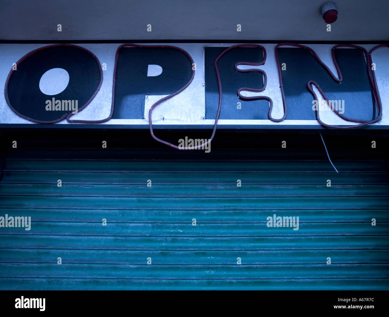 broken open sign in neon lights - Stock Image