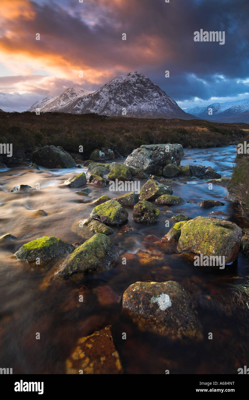 Boulder strewn stream meanders towards Buachaille Etive Mor, Rannoch Moor, Scotland - Stock Image