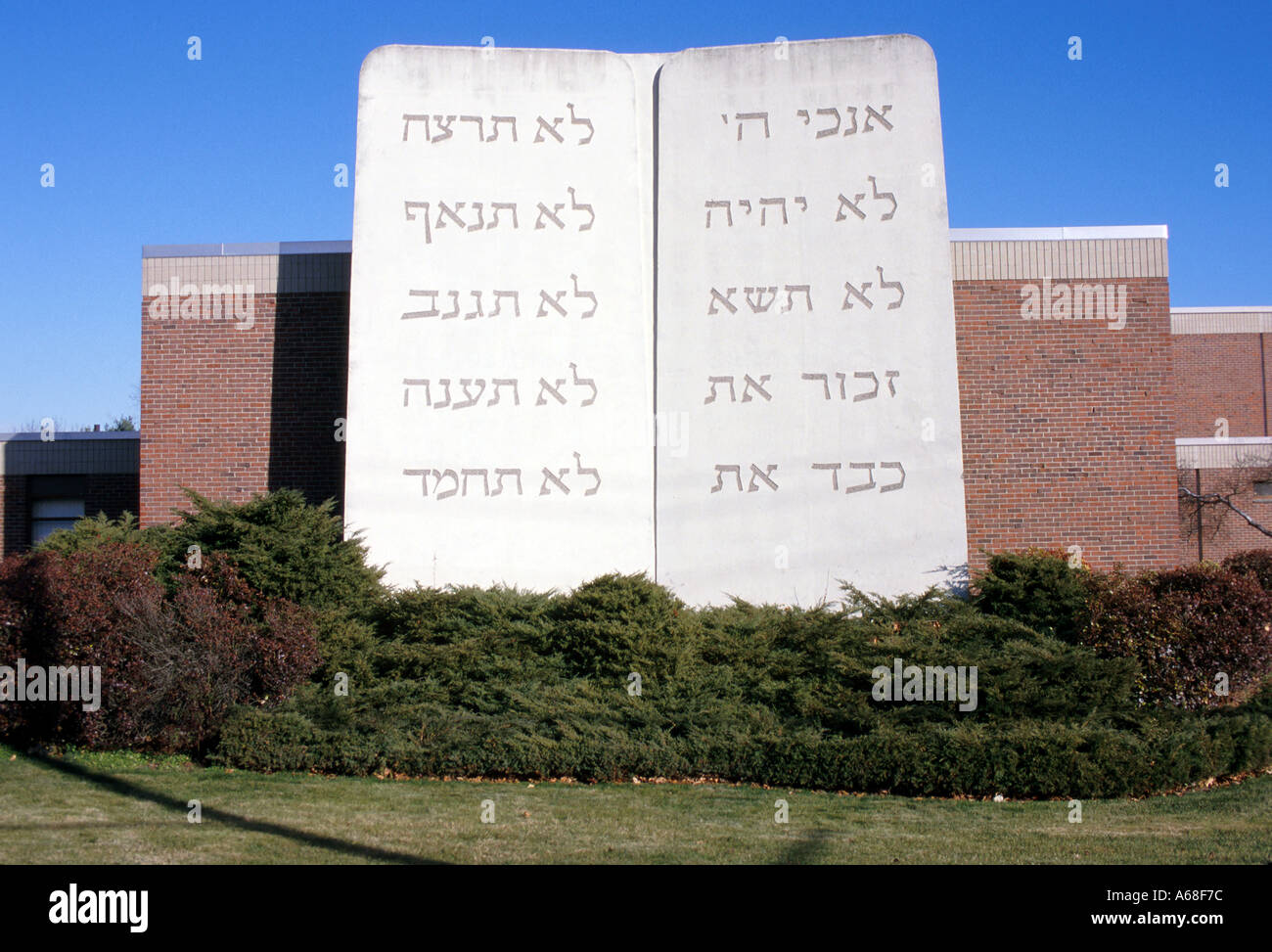 The Ten Commandments in Hebrew letters on a Randolph Massachusetts synagogue - Stock Image