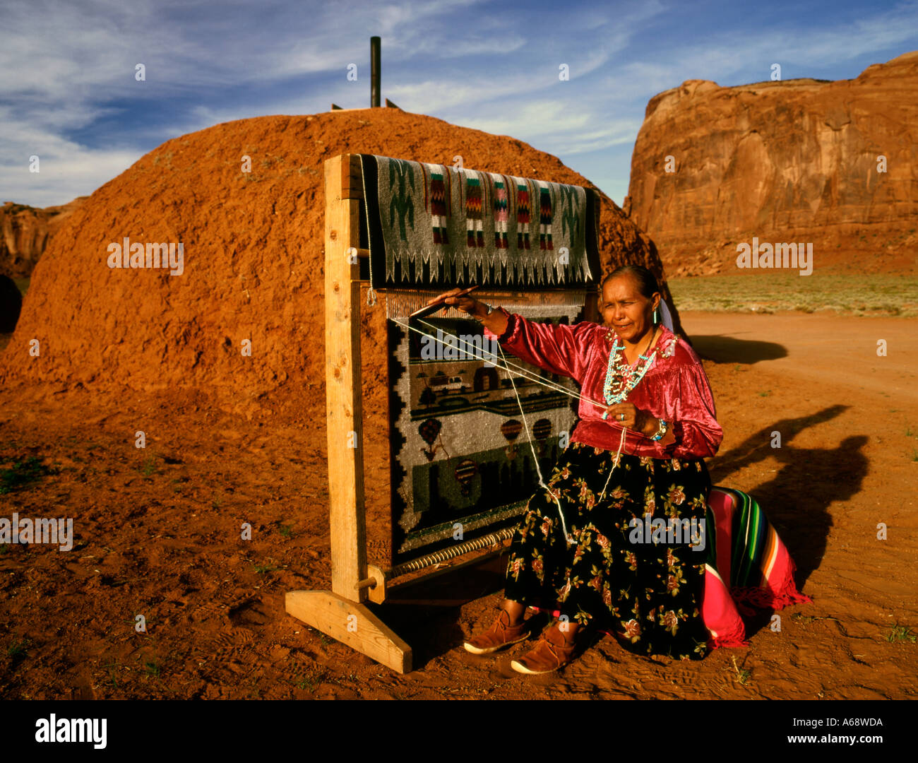 Monument Valley Indian woman doing tapestry - Stock Image