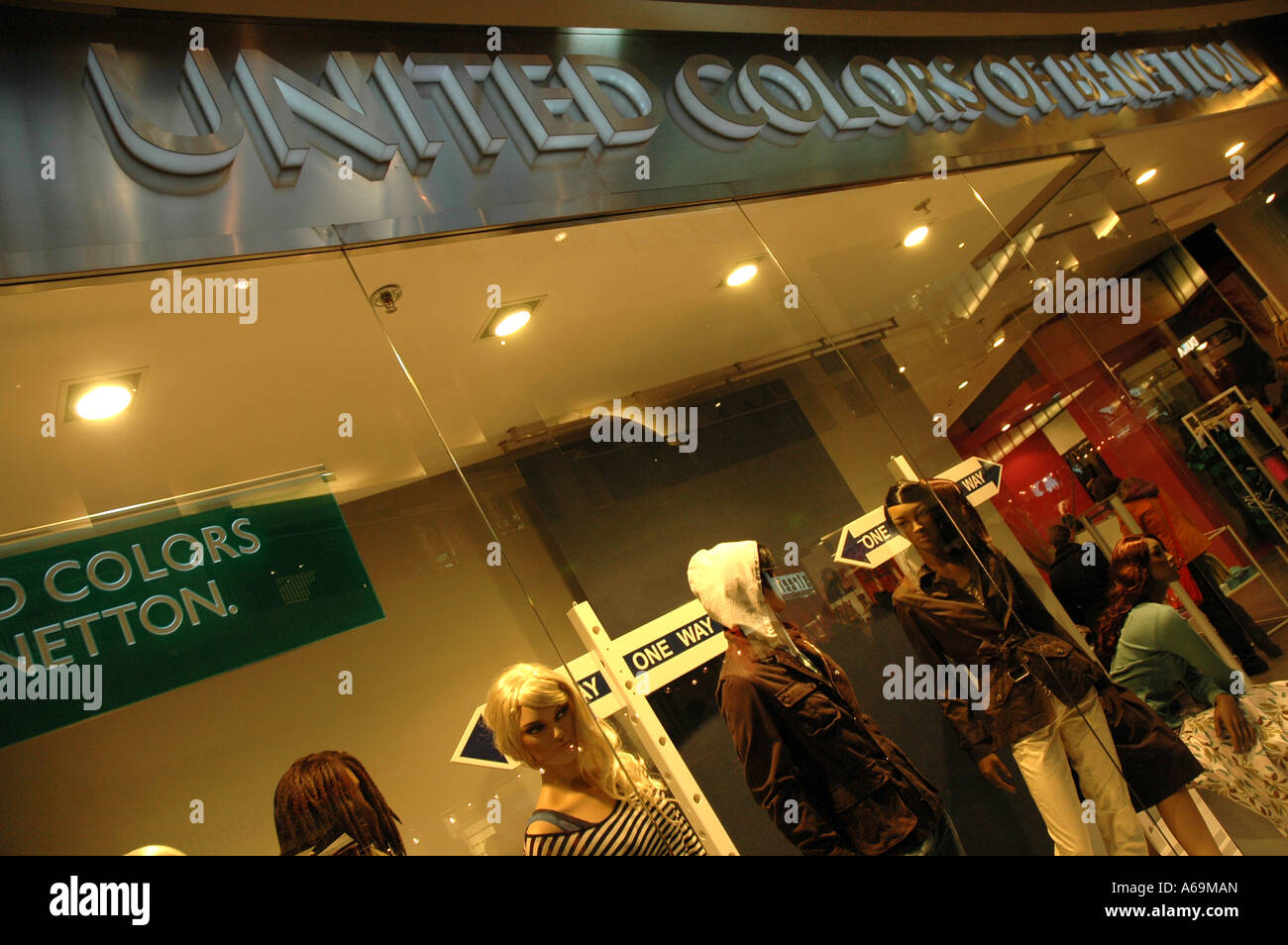 Shop window united colors benetton stock photos shop for Benetton usa online shop