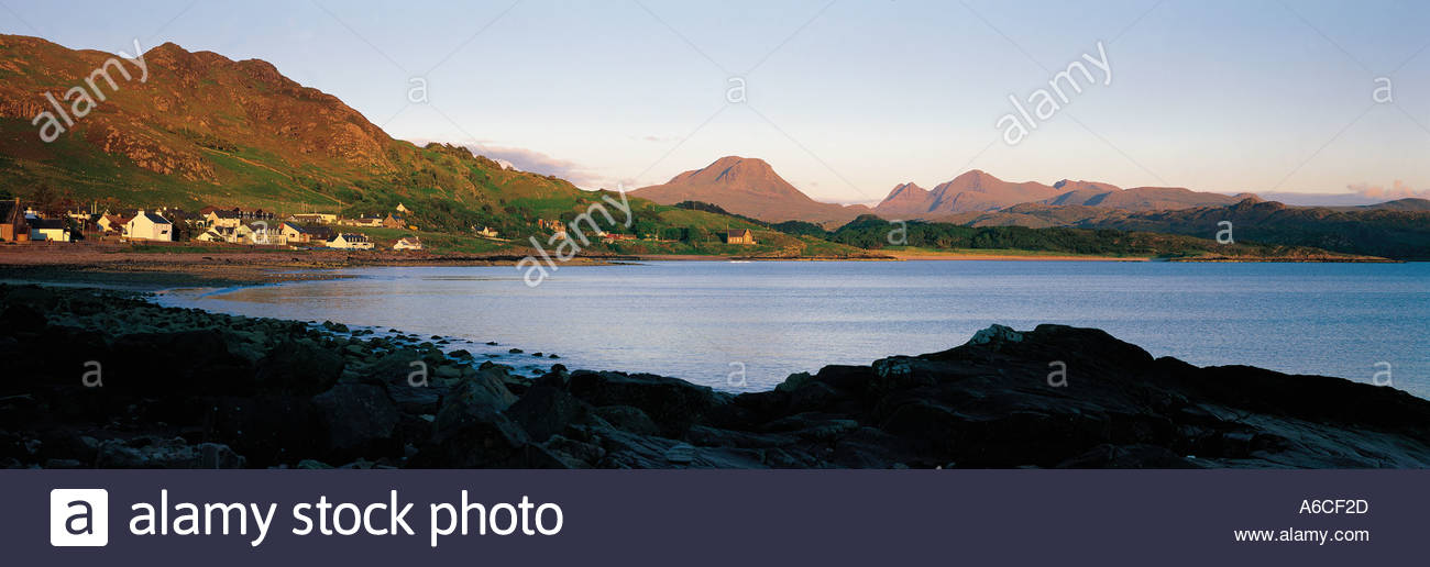 LOOKING ACROSS STRATH BAY AT THE HEAD OF GAIR LOCH TO GAIRLOCH ON THE WEST COAST OF THE ROSS AND CROMARTY DISTRICT, HIGHLAND. - Stock Image