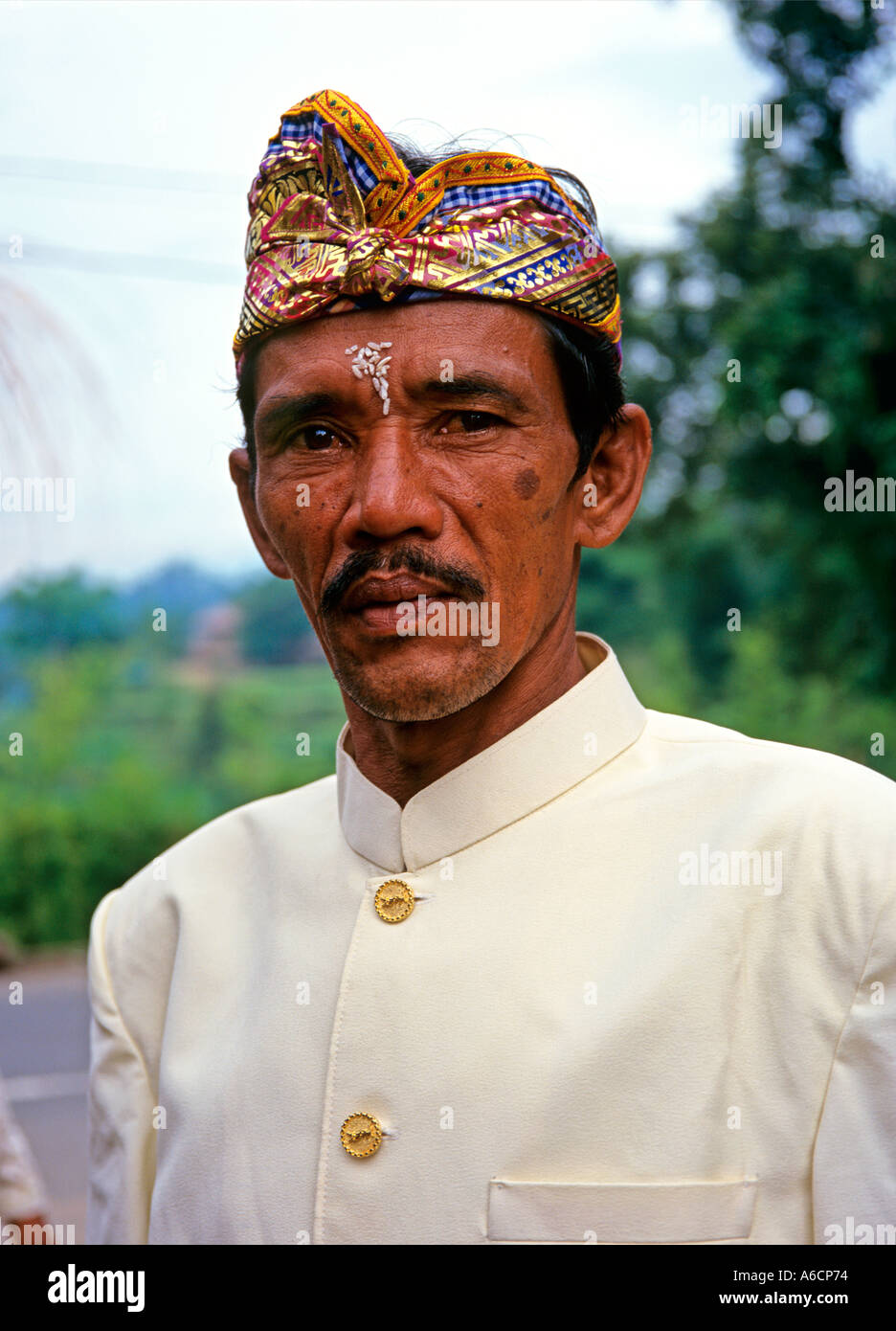 Indonesia Bali Kedewatan Karya Agung festival man in traditional headgear -  Stock Image 5e86da15f98