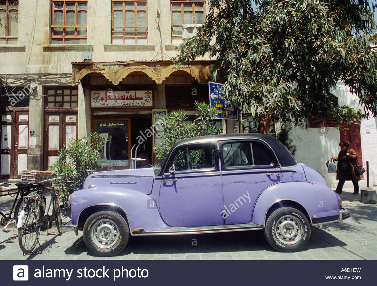 An old car and bicycles in front of a building Damaskus Syrien - Stock Image