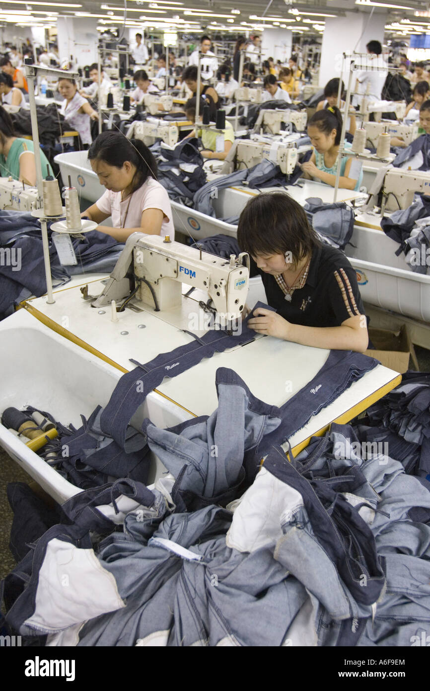SHENZHEN GUANGDONG PROVINCE CHINA Workers sewing Mango jeans in garment factory in city of Shenzhen - Stock Image