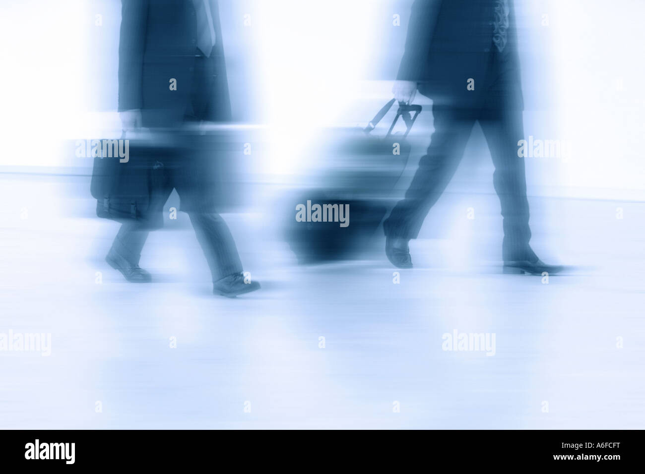 2 businessmen with luggage 2 Manager mit Gepäck - Stock Image