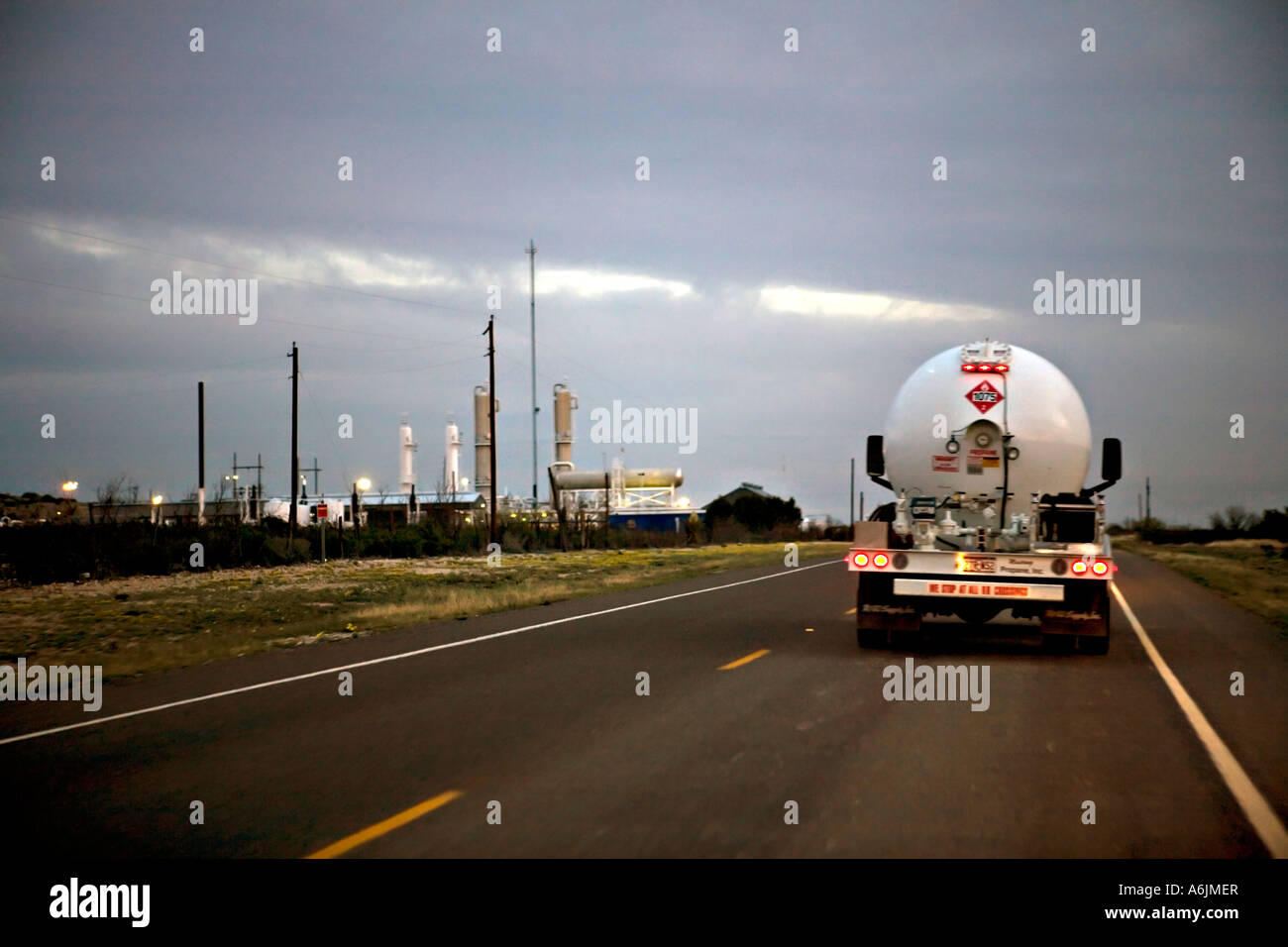 Propane delivery truck passing by a natural gas refinery in West Texas - Stock Image