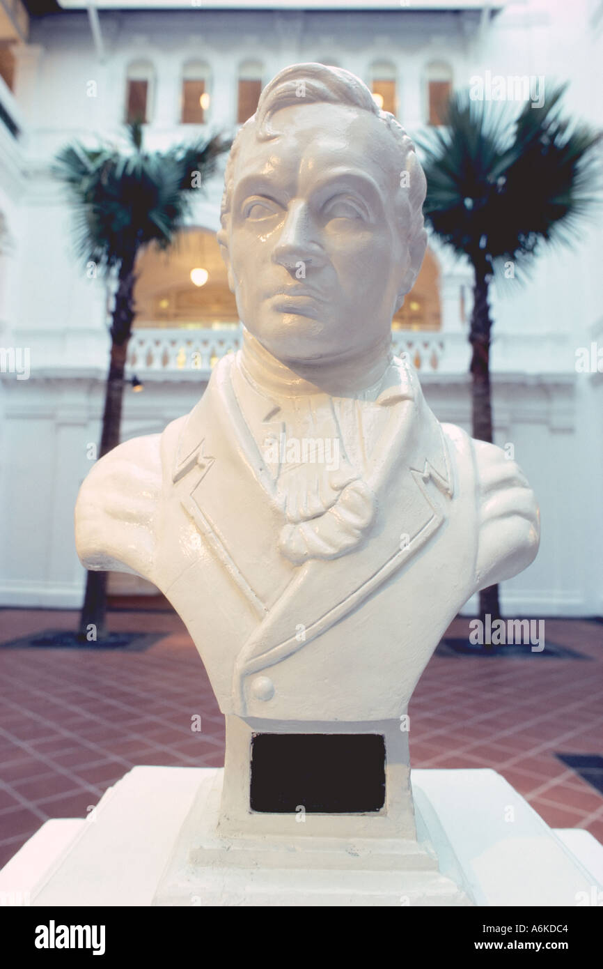 Asia Singapore Famous Raffles Hotel Bust Of Sir Stamford Raffles Founder Of Singapore In The Court Yard Stock Photo Alamy