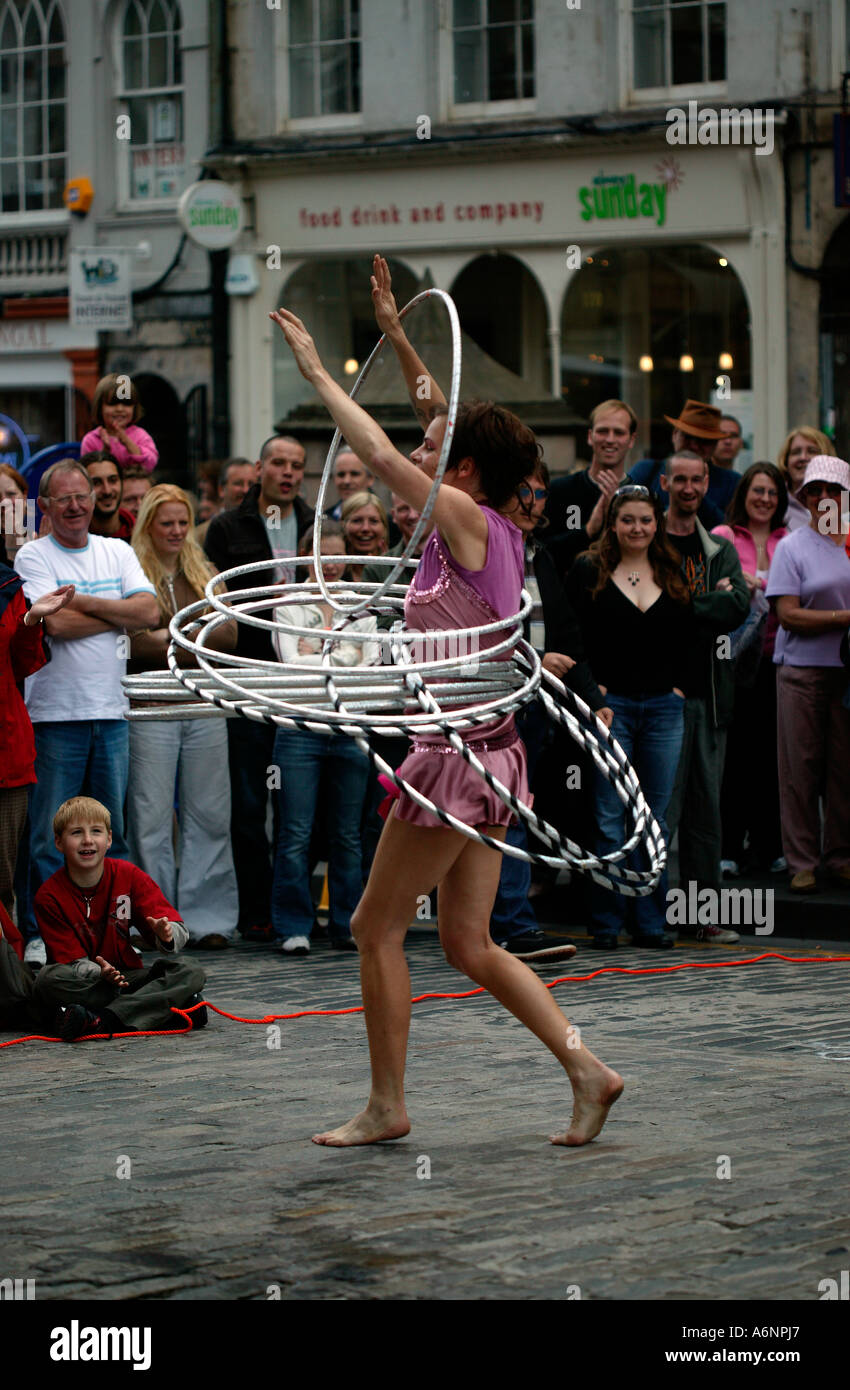 https://c8.alamy.com/comp/A6NPJ7/female-street-performer-performing-with-hula-hoops-at-edinburgh-fringe-A6NPJ7.jpg