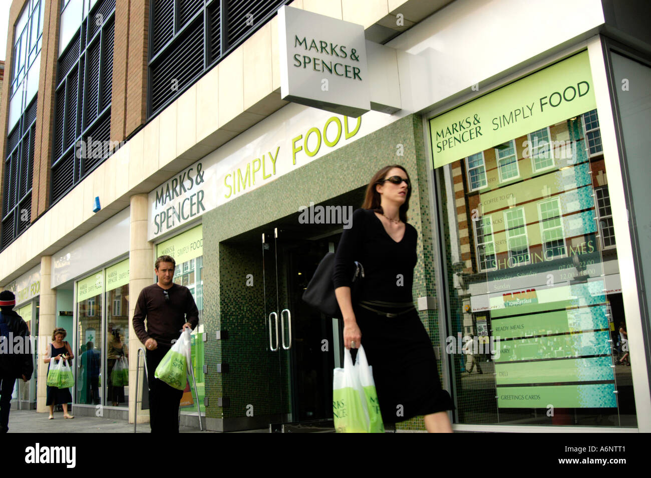 marketing analysis of marks and spencer As mentioned above, it is a brief analysis however it addresses some of the key issues as follows: strengths of marks and spencer (m&s) market experience marks and spencer is a leading retailer in the uk.