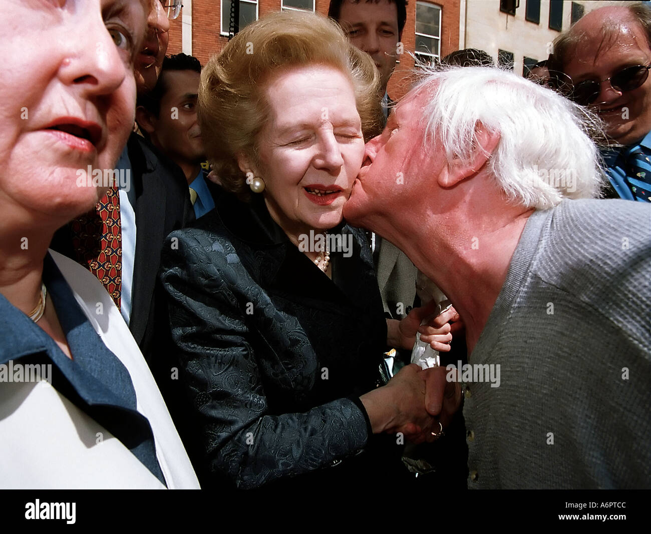 LADY THATCHER CAMPAIGNING FOR WILLIAM HAGUE IN NORTHAMPTON 2001 ELECTIONS UK PIC BY JOHN ROBERTSON - Stock Image