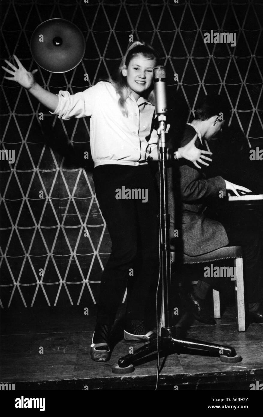 Haenning, Gitte, * 29.6.1946, Danish singer, full length, singing, around 1960, pop, music, 1960s, 60s, child, tennager, - Stock Image