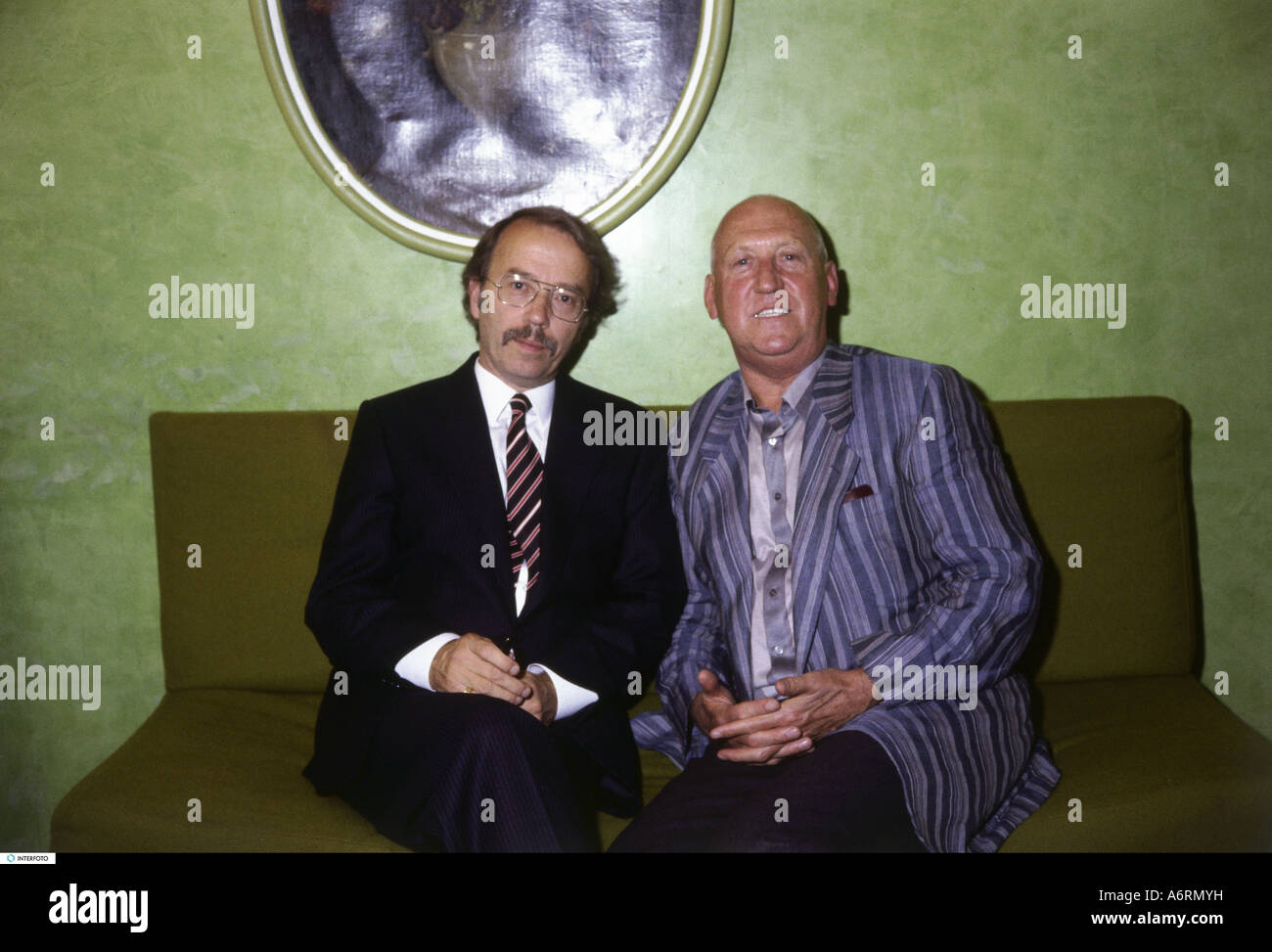 'Kempowski, Walter, 29.4.1929 - 5.10.2007, German author / writer, half length, with Karl Lieffen, presentation - Stock Image